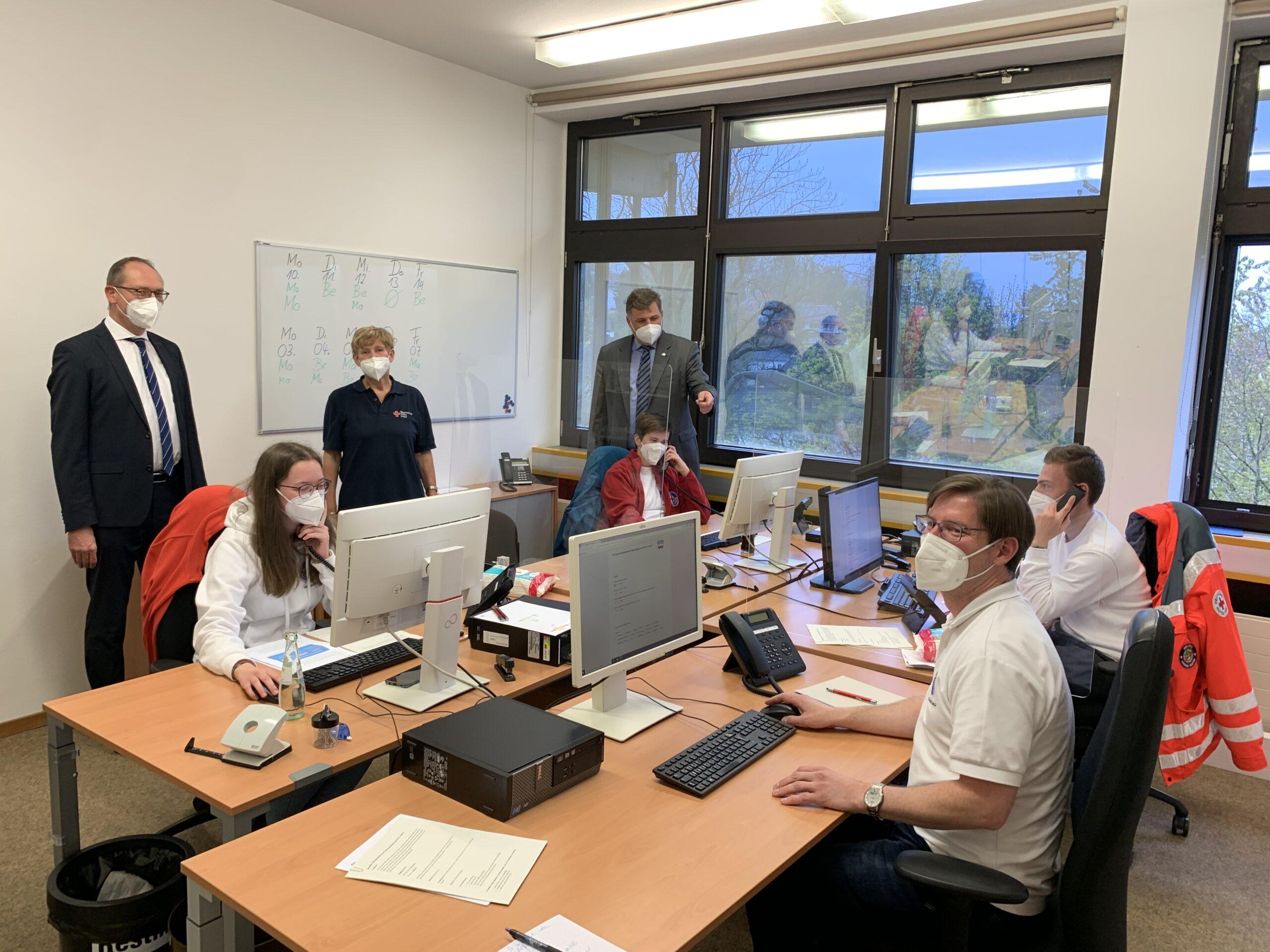Foto: Bernhard Seidenath, Angelika Gumowski und Landrat Stefan Löwl (stehend). An den Telefonen: Aline Huber und Jasmin Rüby (hinten). Vorna: Florian Bischl und Merrick Biniossek.