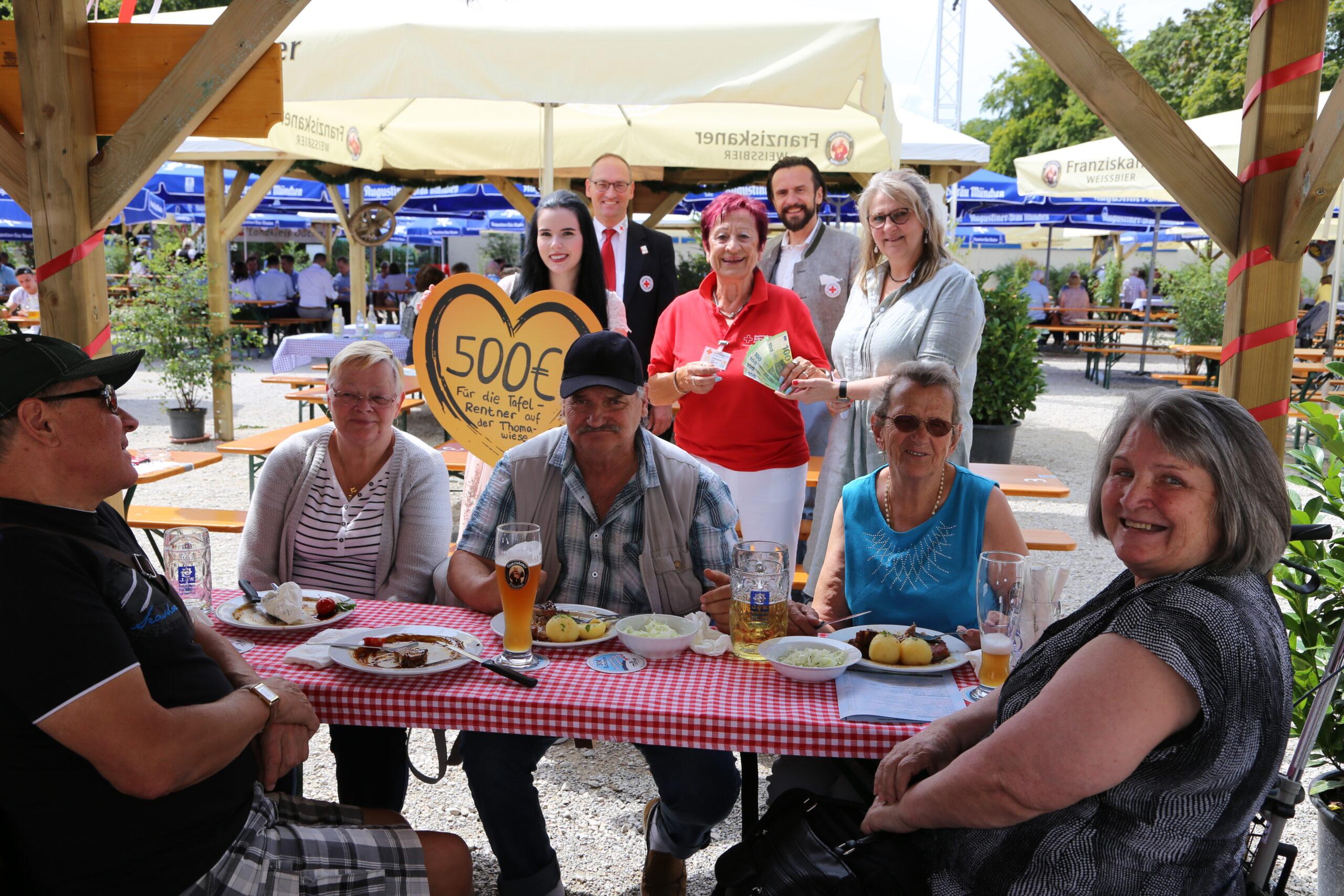Die strahlenden Senioren am Tisch. Dahinter überreichen die VR-Mitarbeiterinnen Julia Westermeir (links) und Karin Rauscher (rechts) 500 Euro an Edda Drittenpreis. Hintere Reihe: Bernhard Seidenath und Paul Polyfka.