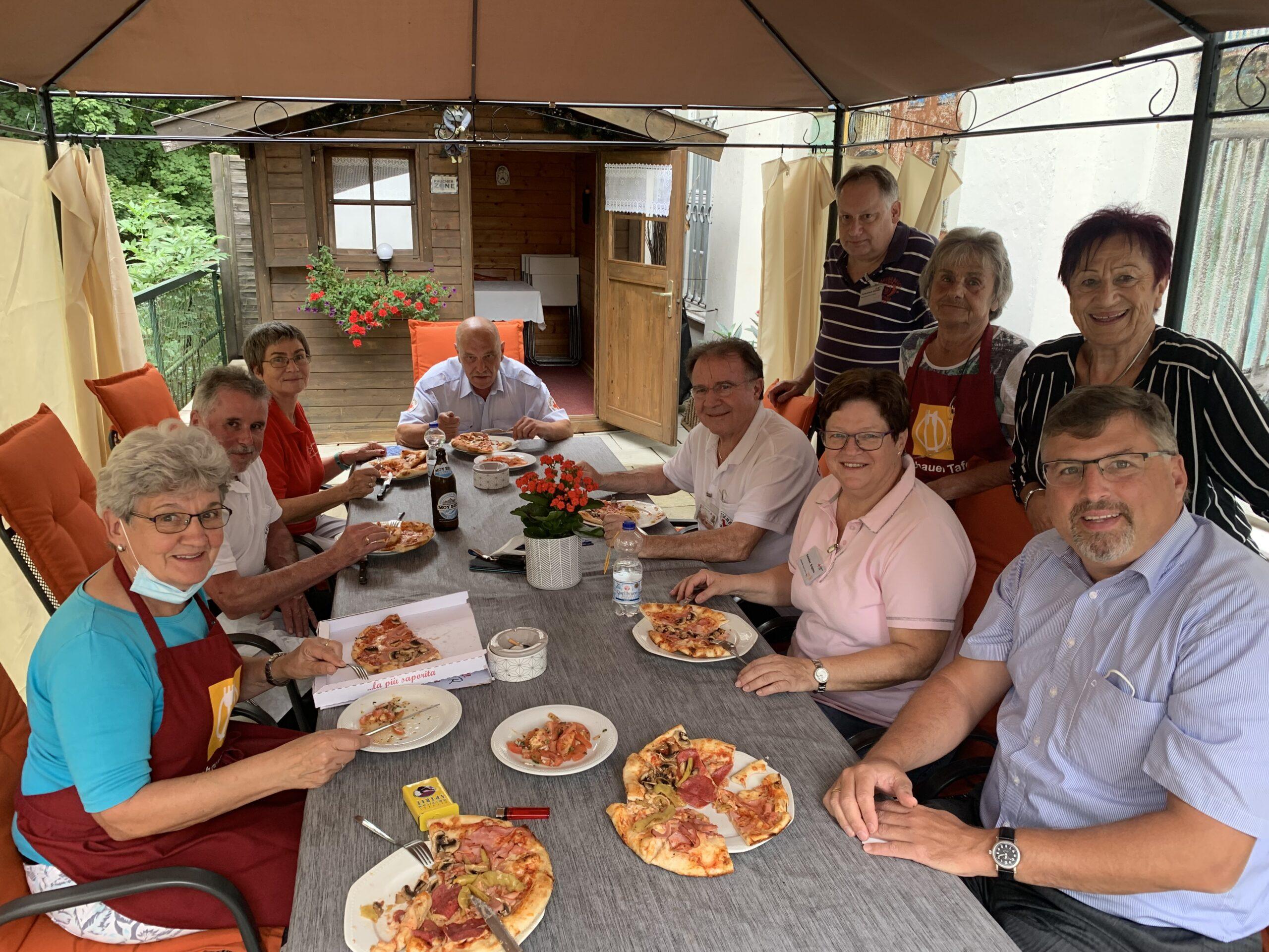 Pizza für das Tafel-Team von Landrat Stefan Löwl (rechts). Hinter ihm steht Edda Drittenpreis.